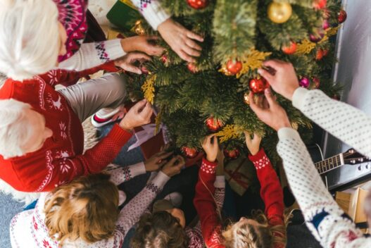 Familie der pynter juletræ